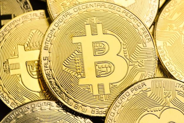 Bitcoins dorés brillants comme toile de fond, concept de crypto-monnaie et d'argent virtuel Photo Premium