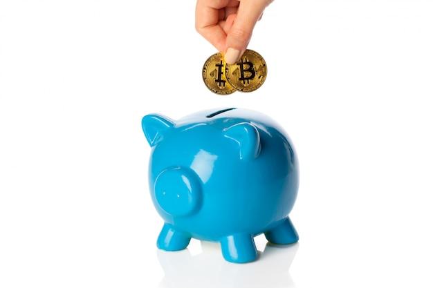 Bitcoins épargnant dans une tirelire Photo Premium