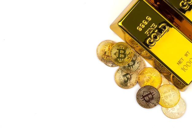 Bitcoins De Nouvelle Monnaie Numérique Et Lingots D'or Sur Fond Blanc Photo Premium