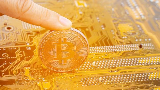 Bitcoins d'or sur la finance de circuit board.electronics. Photo Premium