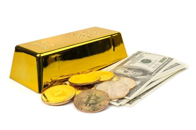 Bitcoins D'or De La Nouvelle Monnaie Numérique, Dollars Américains Et Lingots D'or Sur Fond Blanc Photo Premium