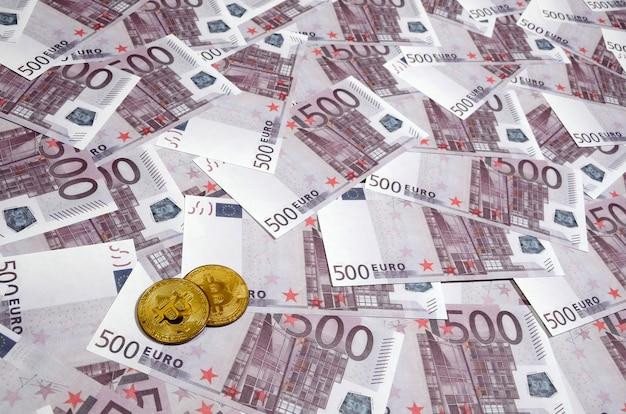 Bitcoins sur pile de billets de cinq cents euros Photo Premium