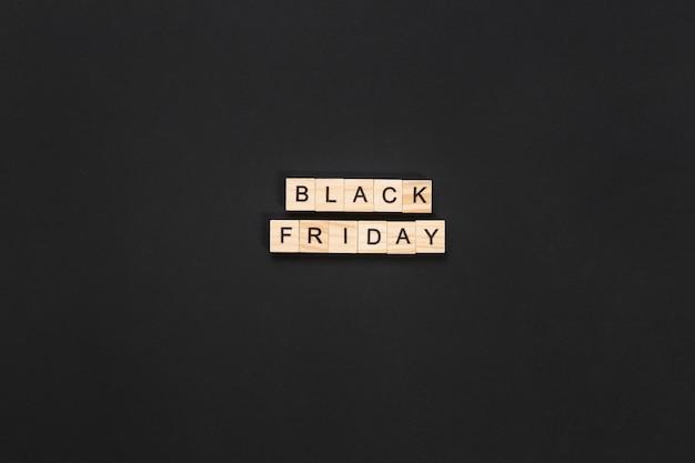 Black friday lettres en cubes sur fond sombre Photo gratuit