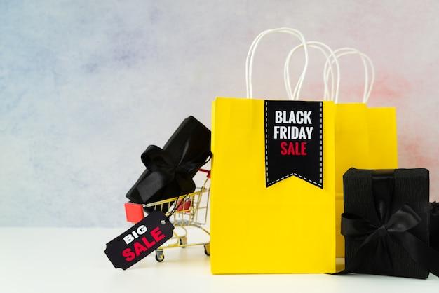 Black friday vente sacs à provisions avec des cadeaux Photo gratuit