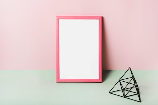 Blanc cadre blanc avec bordure rose sur fond rose Photo gratuit