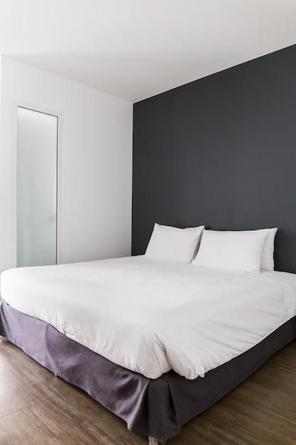 Blanc chambre moderne avec mur de couleur brune et blanche à la ...