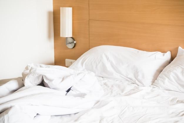 Blanc lit défait Photo gratuit