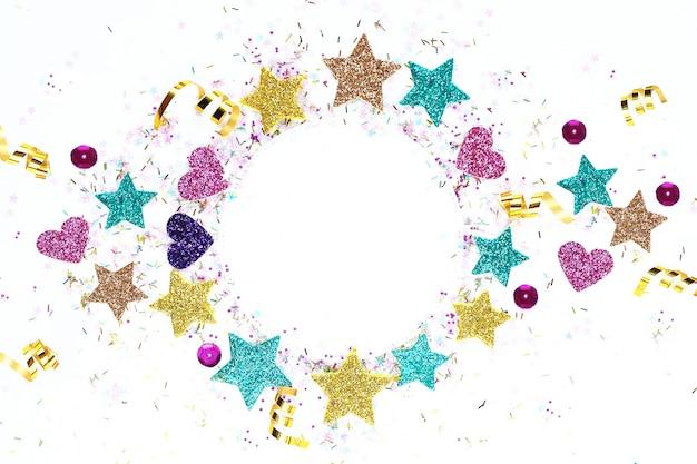 Blanc pour une carte postale avec étoiles multicolores, serpentine, paillettes. Photo Premium