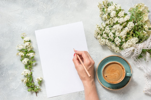 Blanc pour le texte, café noir du matin et bouquet de fleurs printanières blanches Photo Premium