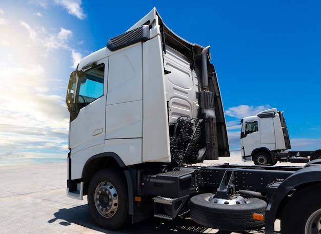 Blanc Semi Camions De Stationnement à Un Ciel Bleu Photo Premium