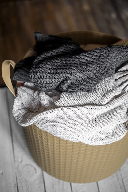 Blanchisserie, Vêtements Chauds Dans Le Panier Photo gratuit