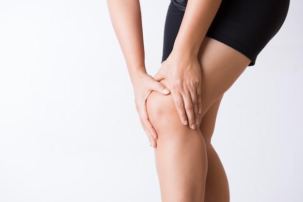 Blessure au genou par le coureur. closeup jeune femme dans la douleur au genou. Photo Premium