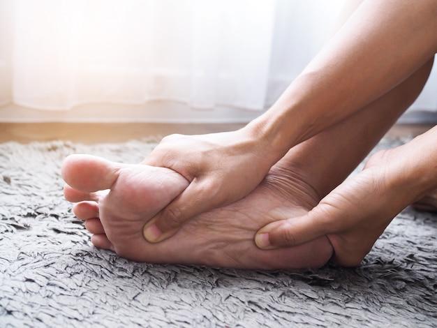 Blessure Au Pied Utilisez Un Massage Des Mains Sur Les Pieds Pour Détendre Les Muscles De La Douleur Au Talon Photo Premium