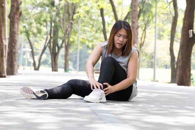 Blessure sportive. femme, douleur, cheville, jogging Photo Premium