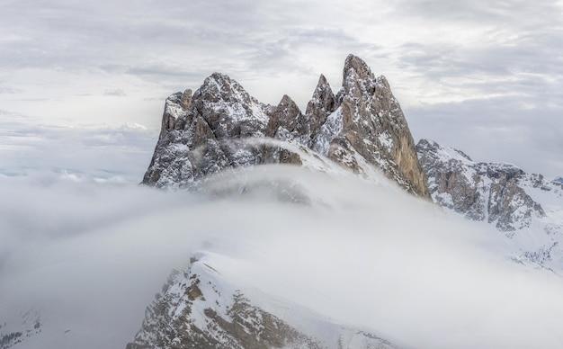Blizzard Dans Les Montagnes Enneigées Photo gratuit