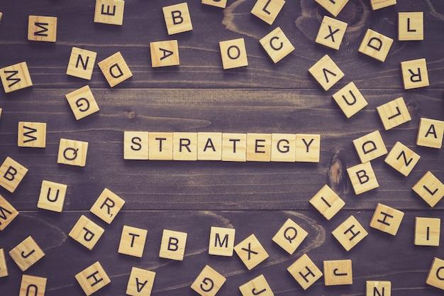 Bloc de bois de mot de stratégie sur la table pour le concept d'entreprise. Photo Premium