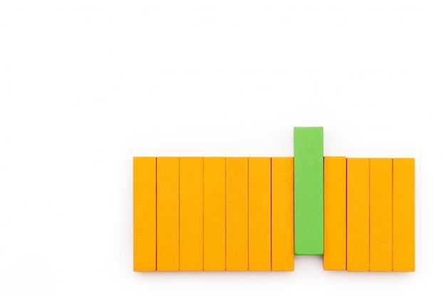 Bloc de bois vert arranger avec faire une différence, performance exceptionnelle Photo Premium