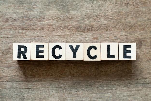 Bloc de lettres en mot recycler sur fond de bois Photo Premium