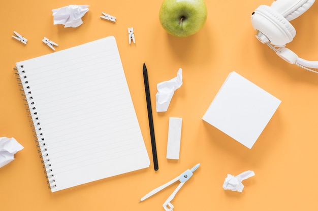 Bloc-notes et bloc-notes sur la table Photo gratuit