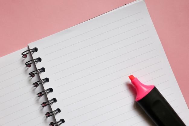 Bloc-notes clair avec espace copie et marqueur rose sur fond rose Photo Premium