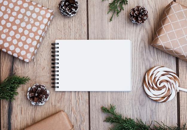 Bloc-notes entre cadeaux emballés, sucette et chicots Photo gratuit