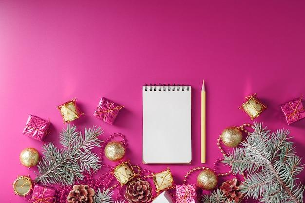 Bloc-notes En Jouets Et Décorations De Vacances Sur Fond De Noël Rose. Photo Premium