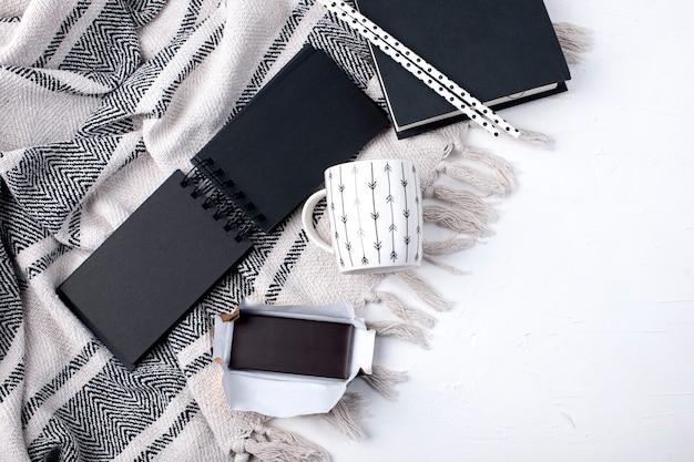 Bloc-notes Noir, Tasse Et Plaid Sur Fond Blanc Photo Premium