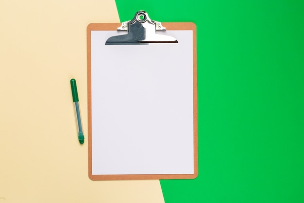 Bloc-notes de papier vierge sur bicolore brillant Photo Premium
