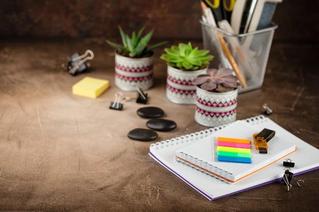 Bloc-notes et plantes succulentes sur la table. le concept d'entreprise. Photo Premium