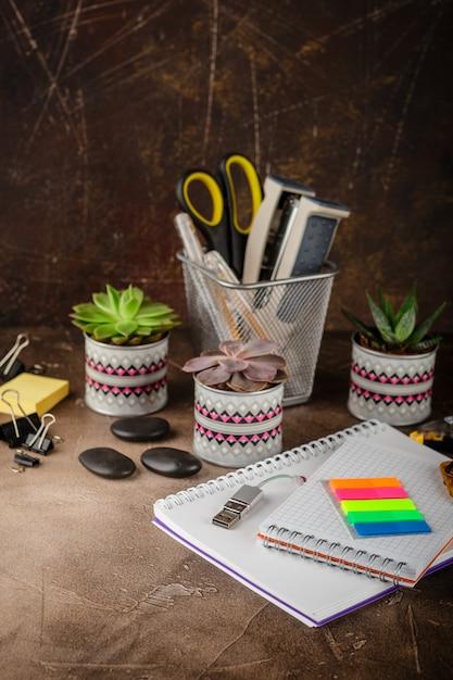 Bloc-notes et plantes succulentes sur la table Photo Premium