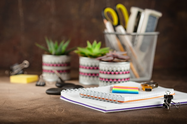 Bloc-notes et plantes succulentes sur la table Photo Premium