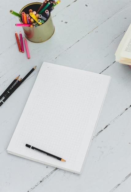 Bloc-notes sur la table Photo gratuit