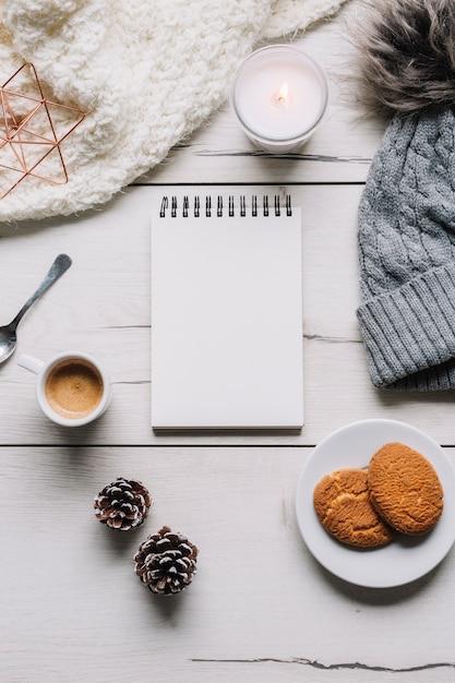 Bloc-notes vide avec des cookies sur la table Photo gratuit