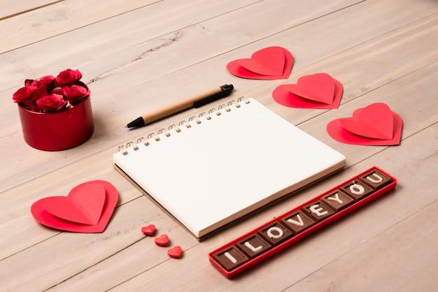 Bloc-notes vide avec l'inscription i love you sur la table Photo gratuit