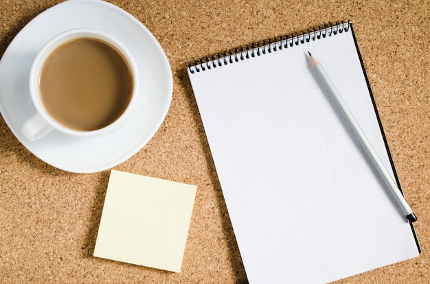 Bloc-notes vide, notes vierges et tasse de café Photo Premium