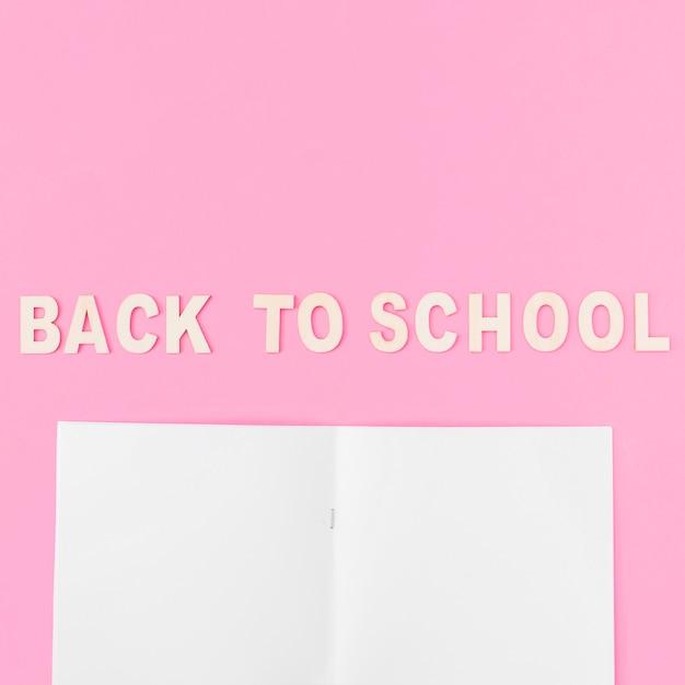 Bloc-notes vide près de retour à l'école Photo gratuit