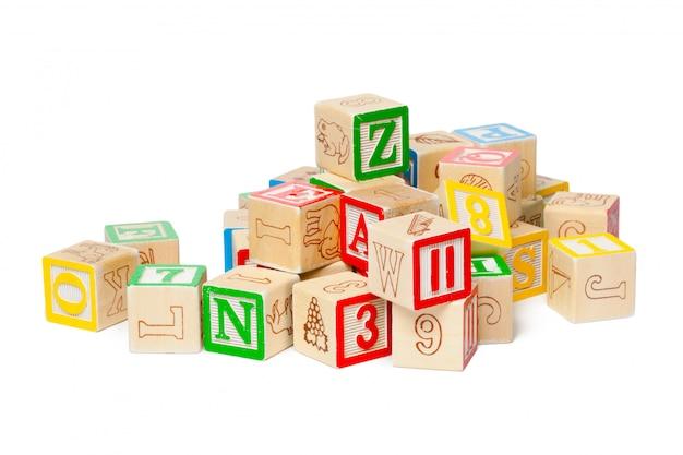 Blocs d'alphabet en bois isolés sur fond blanc Photo Premium