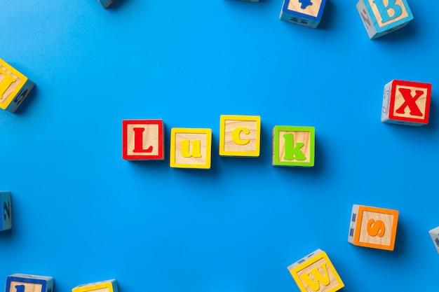 Blocs d'alphabet coloré en bois sur fond bleu Photo Premium