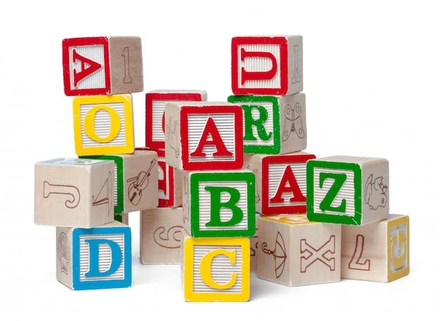 Blocs D'alphabet Coloré Empilés Dans Un Désordre Isolé Sur Blanc Photo Premium