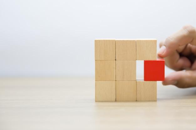 Blocs de bois empilés dans des formes rectangulaires sans graphiques. Photo Premium