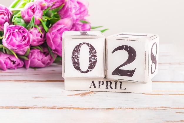 Blocs de bois avec lundi de pâques, 2 avril Photo Premium