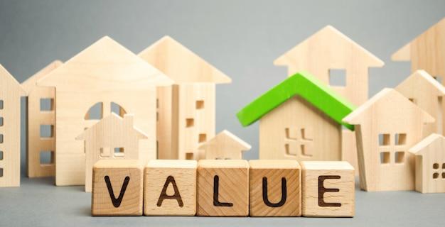 Blocs de bois avec le mot valeur et maison en bois Photo Premium