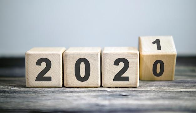Blocs En Bois Pour L'année De Changement 2020 à 2021. Nouvel An Et Concept De Vacances. Photo Premium