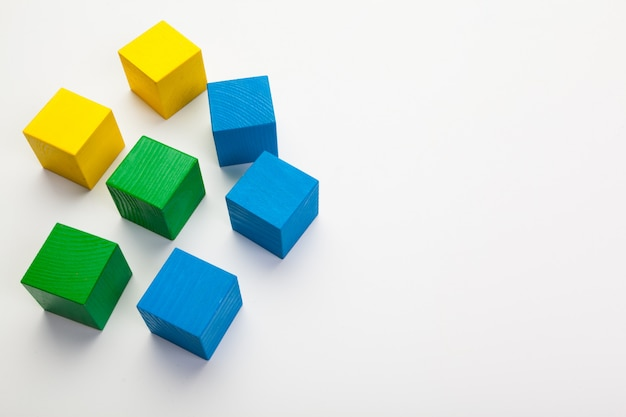 Blocs De Construction En Bois Colorés Isolés Sur Fond Blanc Photo Premium
