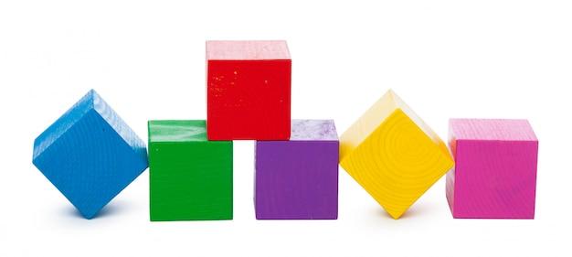 Blocs de construction en bois isolés sur fond blanc Photo Premium