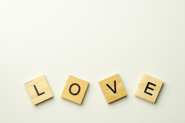 Blocs de texte en bois orthographiant le mot amour sur fond blanc Photo Premium