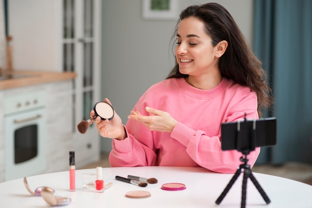 Blogger Enregistrant Une Vidéo Avec Des Accessoires De Maquillage Photo gratuit