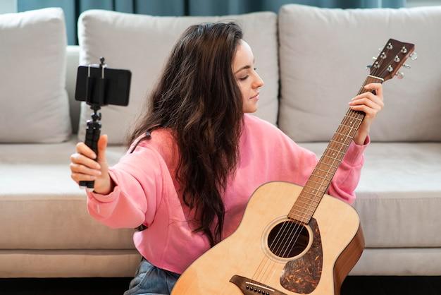 Blogger Enregistrement Avec Smartphone Sa Guitare Photo gratuit