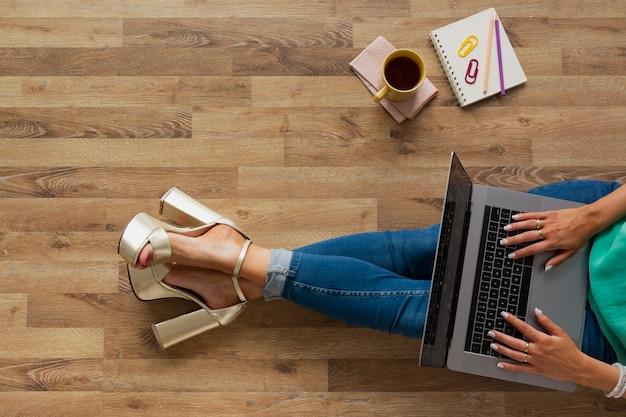 Blogueur vue de dessus à la maison de travail Photo gratuit