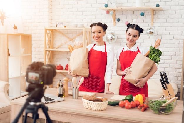 Les blogueurs brandissent des paquets de nourriture devant la caméra. Photo Premium